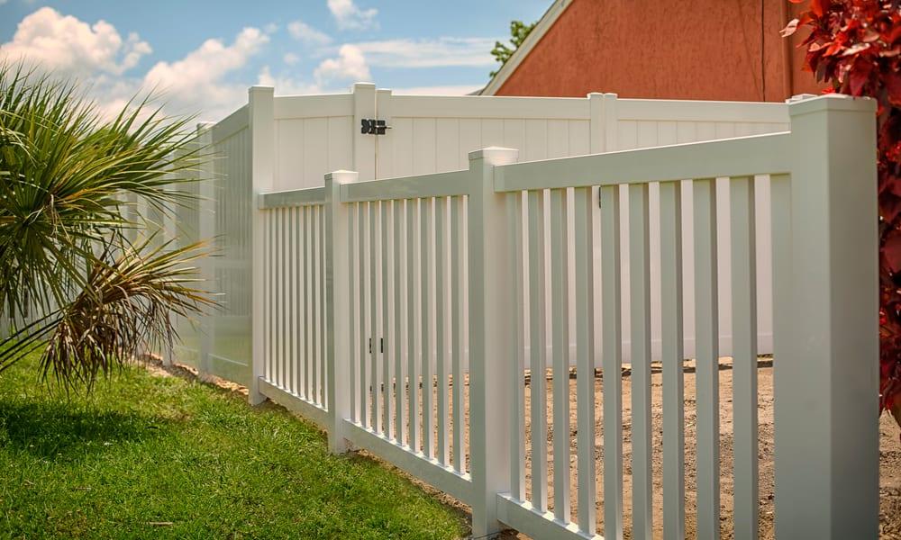 33 Horizontal Vinyl Fence Ideas