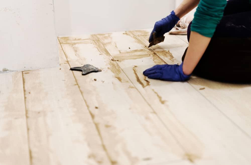 Remove fresh glue from vinyl flooring